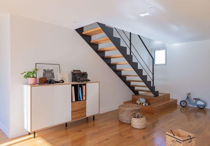 amenagement-sejour-bahut-vintage-escalier-chene-acier-noir-2